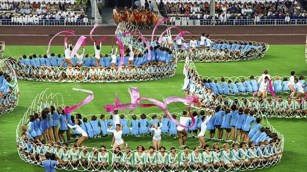 Выступление спортсменов на торжественной церемонии закрытия XXII Олимпийских игр на Центральном стадионе имени Владимира Ильича Ленина в Лужниках