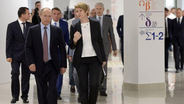 Президент РФ Владимир Путин и руководитель образовательного центра Сириус Елена Шмелева во время посещения образовательного центра для одарённых детей Сириус