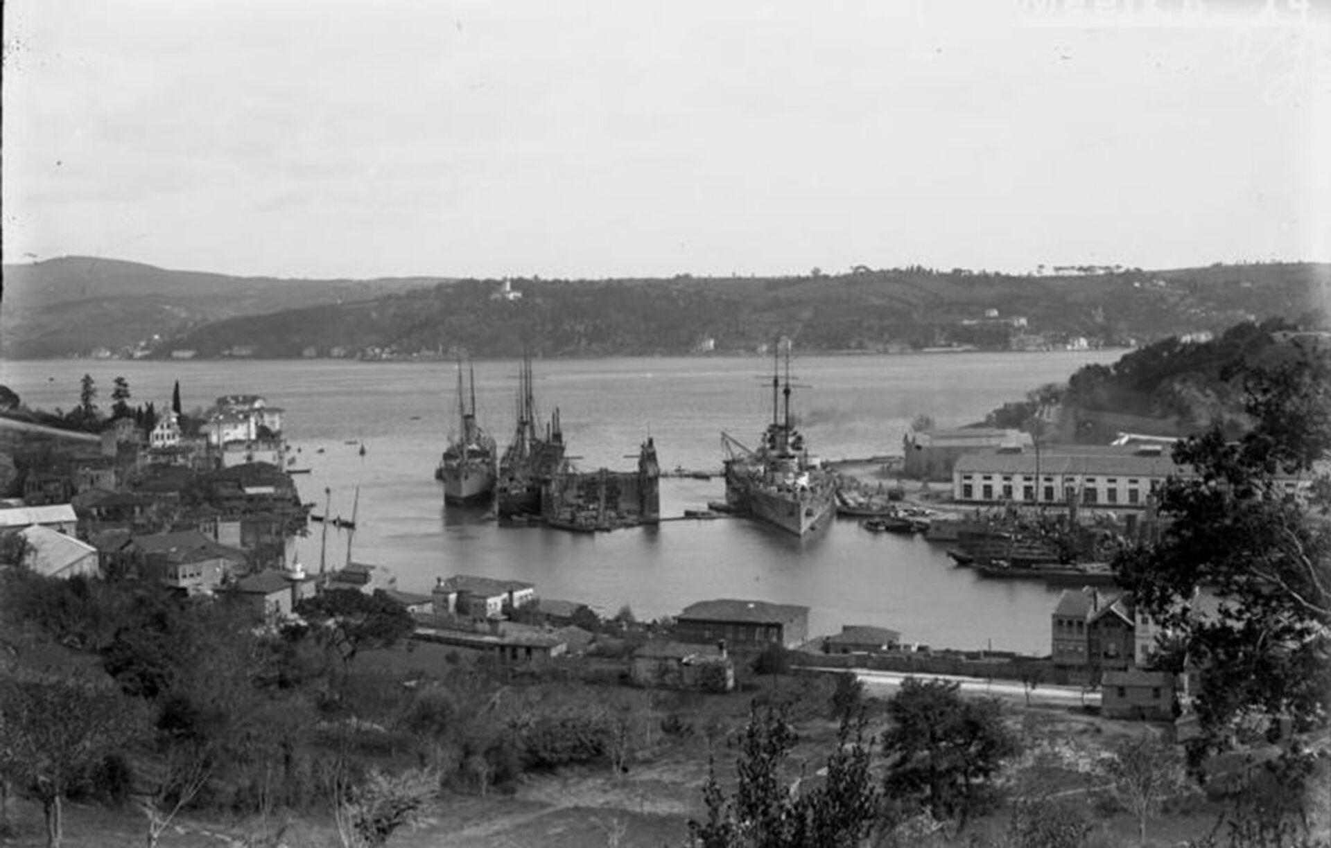 Линейный крейсер Гебен в порту пролива Босфор в период Первой мировой войны  - РИА Новости, 1920, 19.10.2020