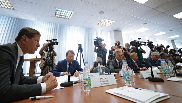 Президент Олимпийского комитета России Александр Жуков (слева) во время заседания Исполкома Олимпийского комитета России в Москве