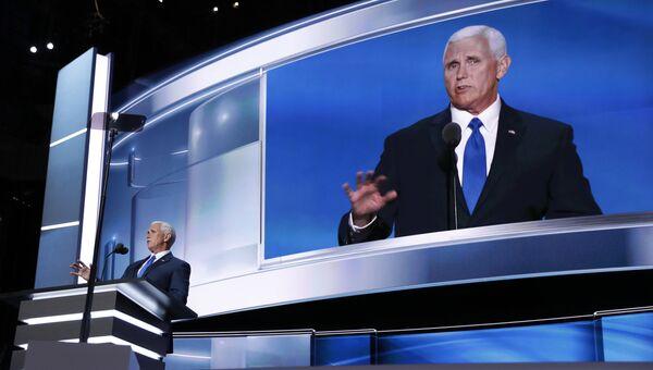 Кандидат республиканцев в вице-президенты США Майк Пенс выступает на трибуне в Кливленде. 20 июля 2016