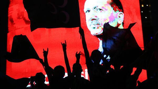 Cторонники президента Турции Тайипа Эрдогана во время проправительственной демонстрации в Анкаре. Архивное фото