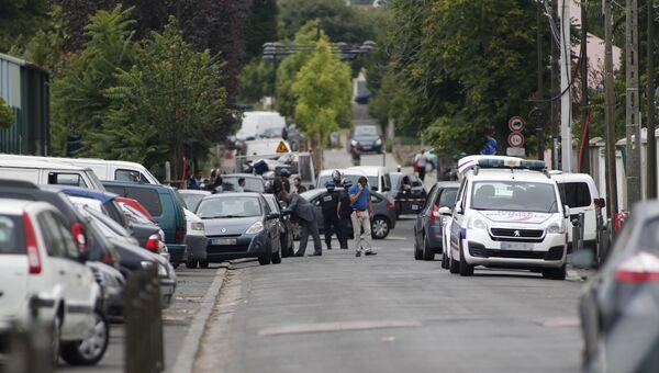 Полицейские во время антитеррористической операции в пригороде Парижа Аржантее. 21 июля 2016