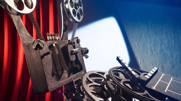 Кинопроектор и катушки с фильмами