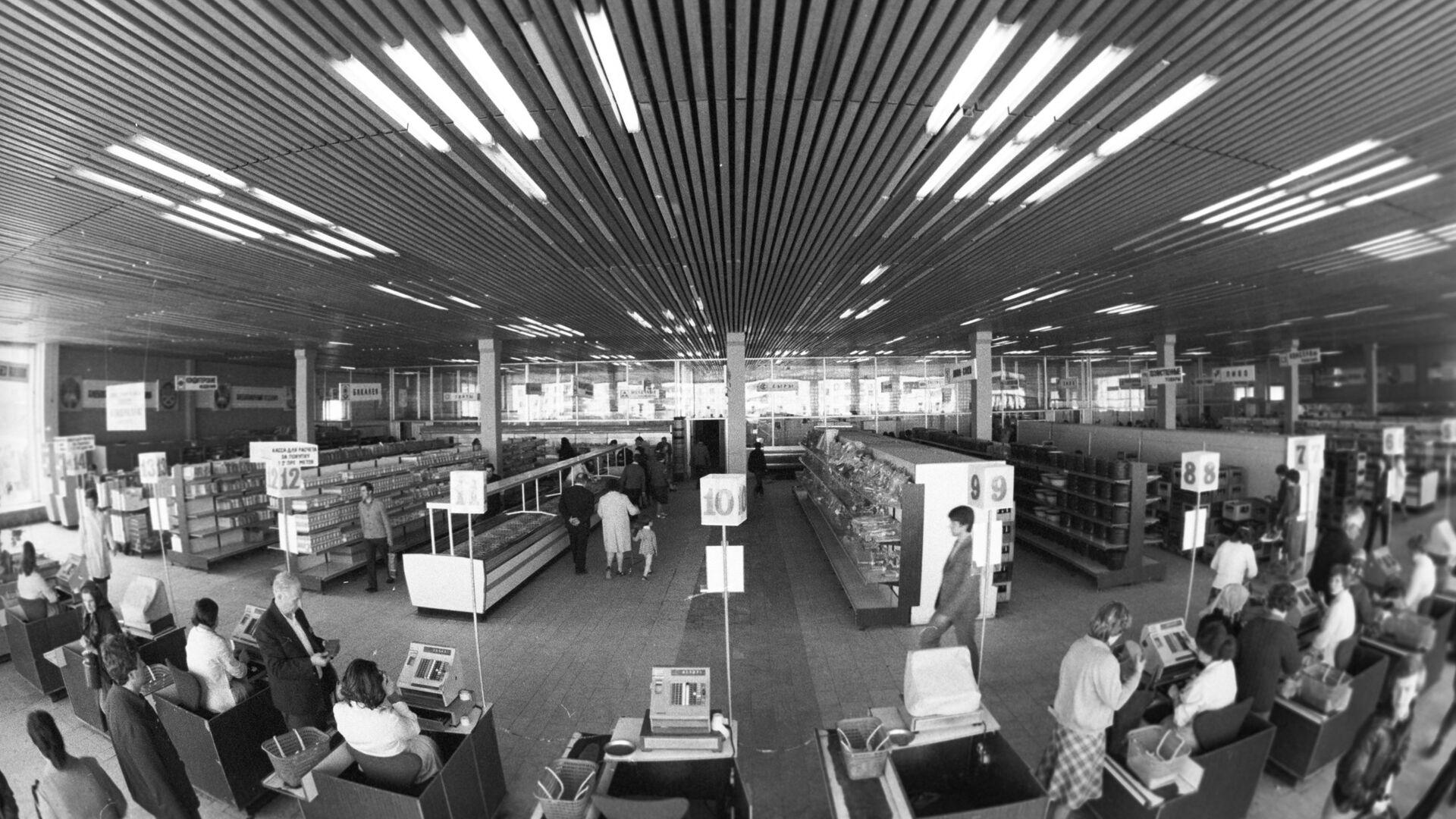 Покупатели в торговом зале универмага - РИА Новости, 1920, 14.11.2020