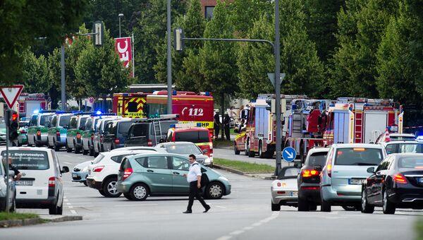Полиция и пожарные на месте стрельбы в торговом центре Мюнхена. 22 июля 2016