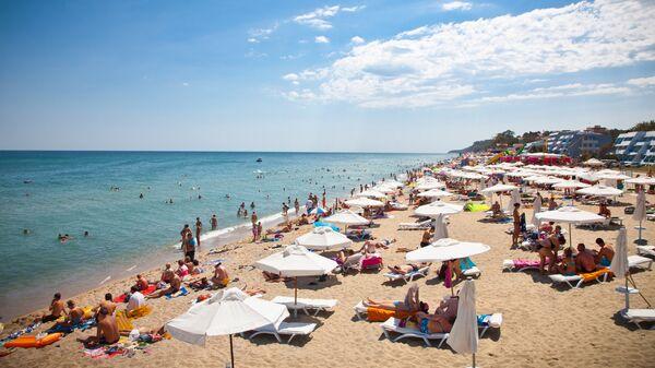 Туристы на пляже на побережье Черного моря в Болгарии