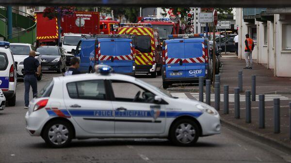Полицейские и пожарные машины возле церкви в городке Сент-Этьен-дю-Рувре, Франция. Архивное фото