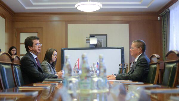 Министр экономики Турции Нихат Зейбекчи и министр экономического развития РФ Алексей Улюкаев. Архивное фото