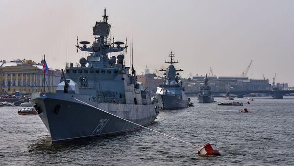 Сторожевой фрегат Адмирал Эссен вошел в акваторию Невы для участия в параде ко Дню ВМФ