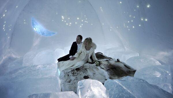 Молодожены в ледяном отеле в Юккасъярви
