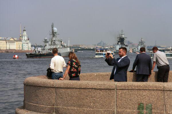 Отдыхающие наблюдают за кораблями Балтийского флота в акватории реки Невы