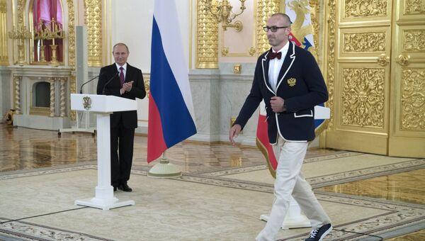 Президент России Владимир Путин и волейболист, олимпийский чемпион Сергей Тетюхин на встрече в Кремле