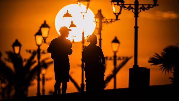 Отдыхающие гуляют на набережной недалеко от Олимпийского Парка в Сочи. Архивное фото