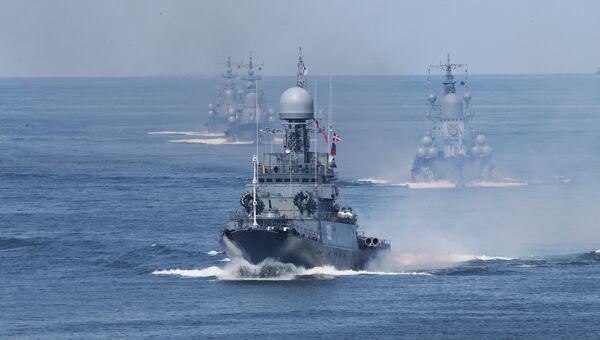 Корабли Балтийского флота во время генеральной репетиции военно-морского парада