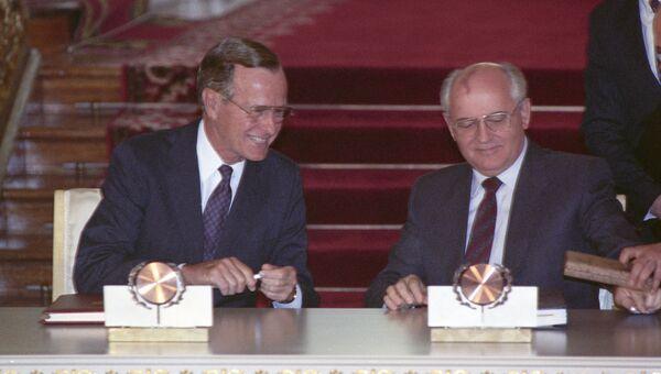 Михаил Горбачев и Джордж Буш-старший во время подписания договора СНВ-1. Архив