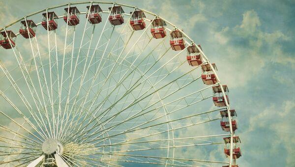 Колесо обозрения в парке. Архивное фото