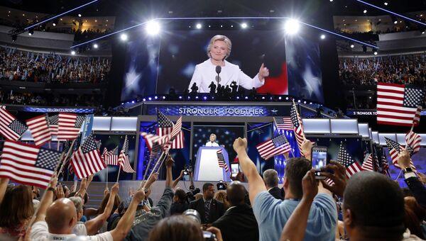 Кандидат Демократической партии в президенты США Хиллари Клинтон выступает на съезде