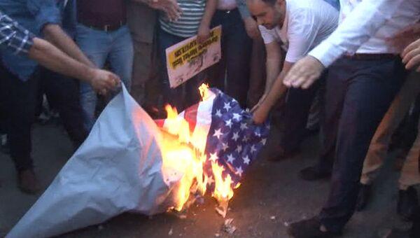 Протестующие сожгли флаг США перед военной базой НАТО в Турции
