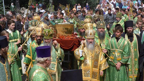 На церемонии переноса мощей Преподобного Серафима Саровского. Архив