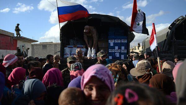 Раздача российской гуманитарной помощи жителям населенного пункта Каукабм в Сирии. Апрель 2016 года. Архивное фото