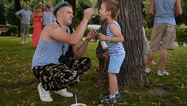 Участники празднования дня ВДВ в Парке Горького в Москве. Архивное фото