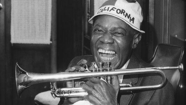 Американский джазовый трубач и вокалист Луи Армстронг