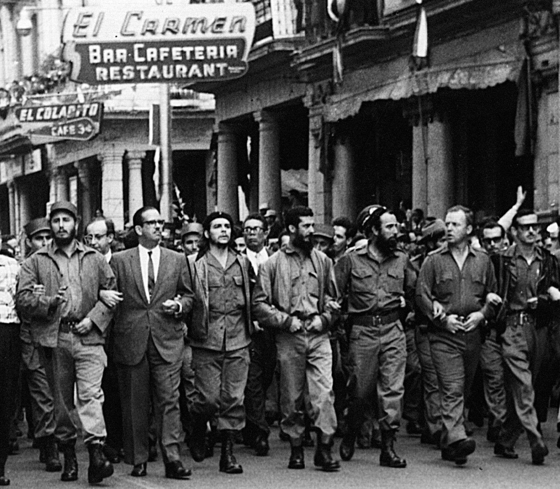 Фидель Кастро, Эрнесто Че Гевара и кубинские лидеры идут во главе похоронной процессии - РИА Новости, 1920, 09.10.2020
