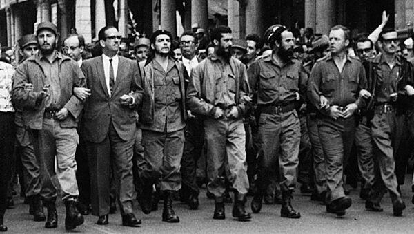 Фидель Кастро, Эрнесто Че Гевара и кубинские лидеры идут во главе похоронной процессии