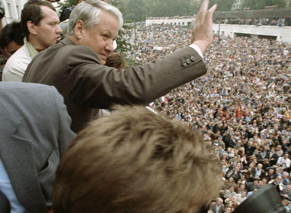 Президент России Борис Николаевич Ельцин приветствует участников митинга у здания Верховного Совета РСФСР