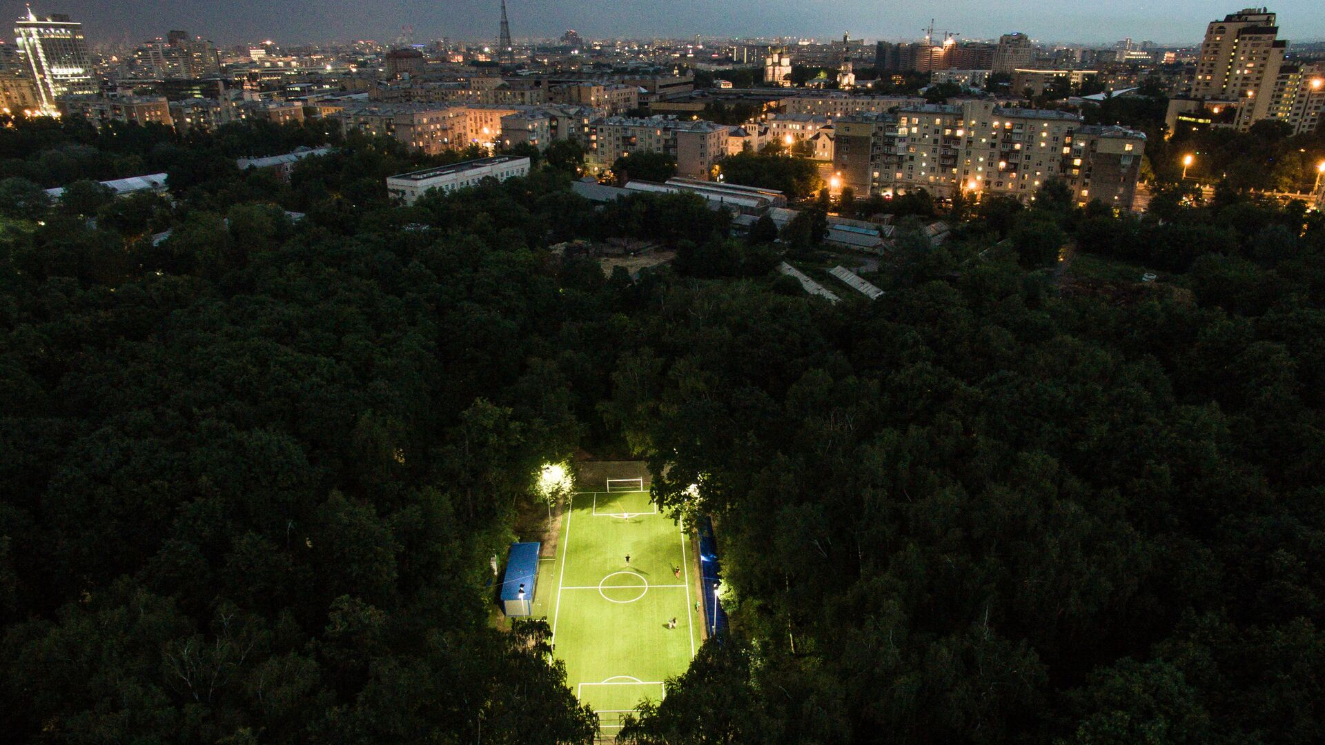 Люди играют в футбол в Нескучном саду в Москве - РИА Новости, 1920, 23.06.2021
