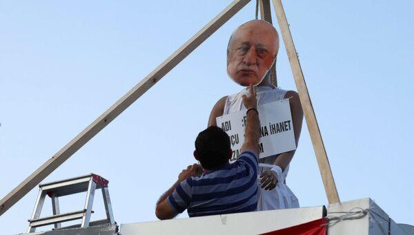 Мужчина вешает чучело оппозиционного исламского проповедника Фетхуллаха Гюлена в Анкаре.Архивное фото