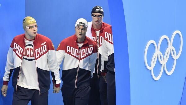 Российские пловцы перед стартом мужской эстафеты 4х100 м вольным стилем в соревнованиях по плаванию на XXXI летних Олимпийских играх