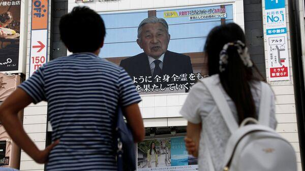 Трансляция видеообращения к народу императора Японии Акихито. Архивное фото