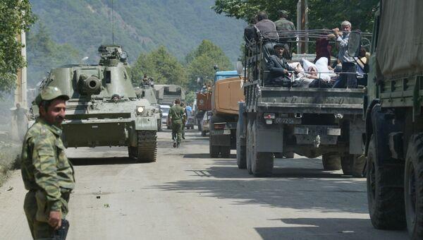 Российские военнослужащие направляются в сторону Цхинвала. 11 августа 2008