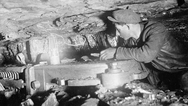 Горняк работает на врубовой машине в одной из шахт Донбасса