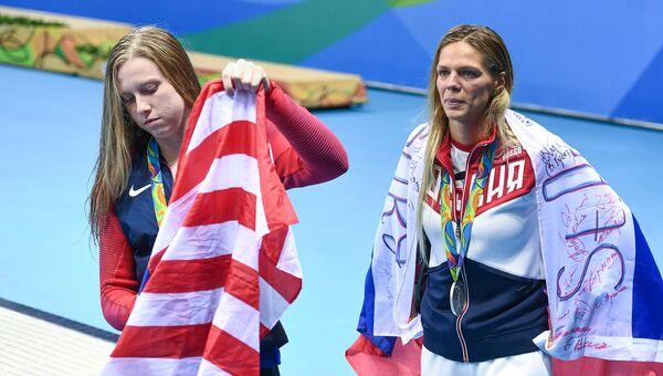 Призеры соревнований по плаванию на дистанции 100 м брассом Юлия Ефимова (Россия) и Лилли Кинг (США)