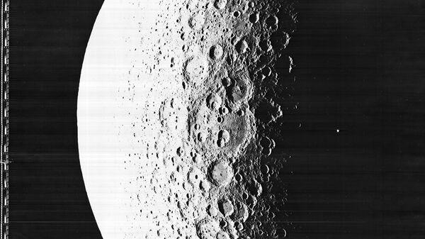 Снимок поверхности Луны сделанный космический аппаратом Lunar Orbiter 5