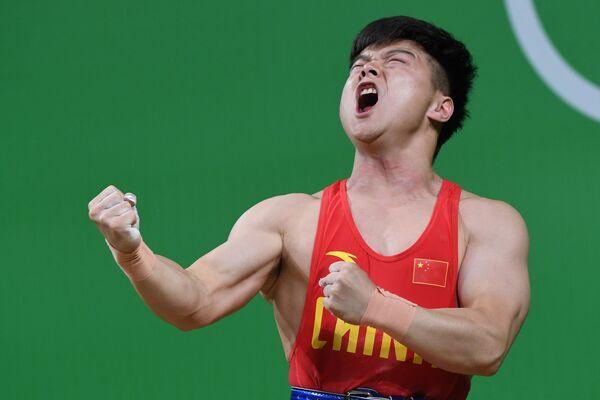 Спортсмен из Китая во время соревнований по тяжелой атлетике на летних Олимпийских играх в Рио-де-Жанейро