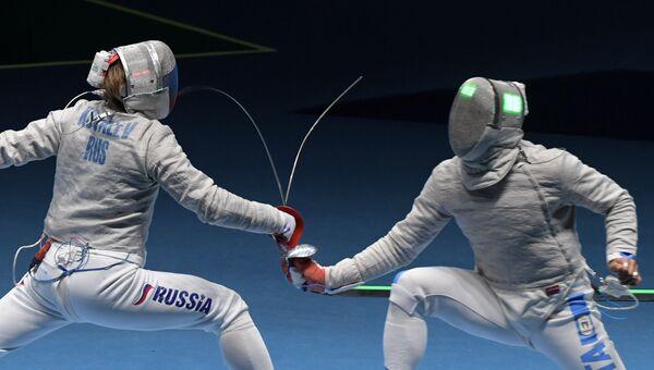 Николай Ковалев (Россия) и Альдо Монтано (Италия) в поединке 1/8 финала индивидуального первенства соревнований по фехтованию на саблях среди мужчин на XXXI летних Олимпийских играх