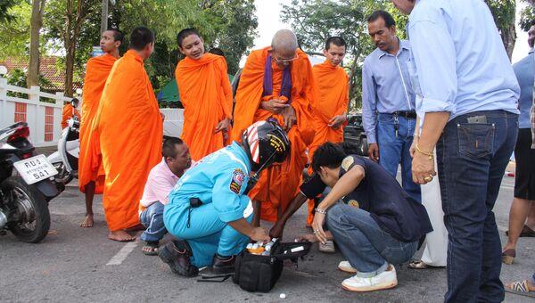 Спасатели и монахи на месте взрыва в Сурат Тхани