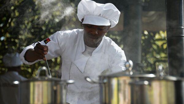 Военнослужащий армии Анголы во время соревнования специалистов продовольственной службы Полевая кухня в рамках Армейских международных игр 2016 на полигоне Алабино. Архивное фото