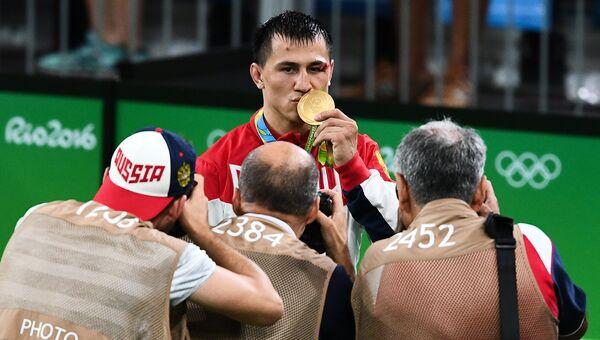 Роман Власов (Россия), завоевавший золотую медаль в соревнованиях по греко-римской борьбе в весовой категории до 75 кг на XXXI летних Олимпийских играх. 14 августа 2016
