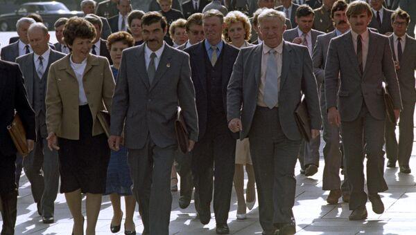 Депутаты направляются в Кремлевский Дворец съездов на I съезд народных депутатов СССР
