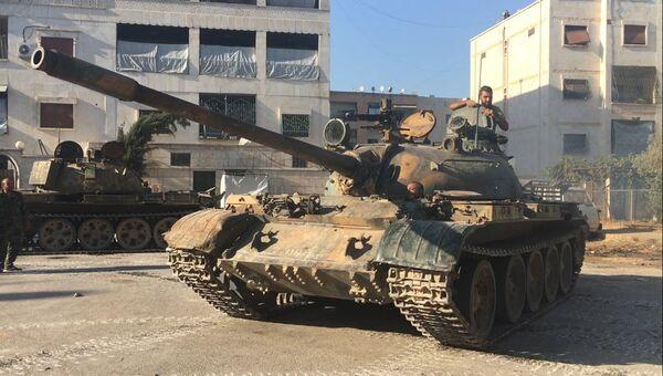 Танк сирийской армии во время наступления в районе училища тыла на юго-западе Алеппо в Сирии. Архивное фото