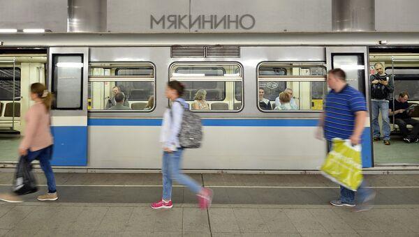 Пассажиры на станции Московского метрополитена Мякинино