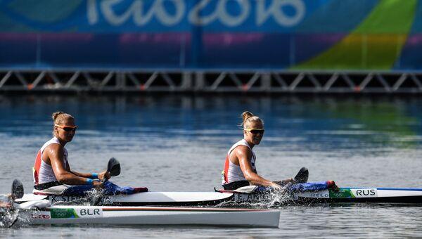 Кира Степанова и Елена Анюшина после окончания финального заезда на байдарке-двойке на 500 м на соревнованиях по гребле на байдарках и каноэ среди женщин