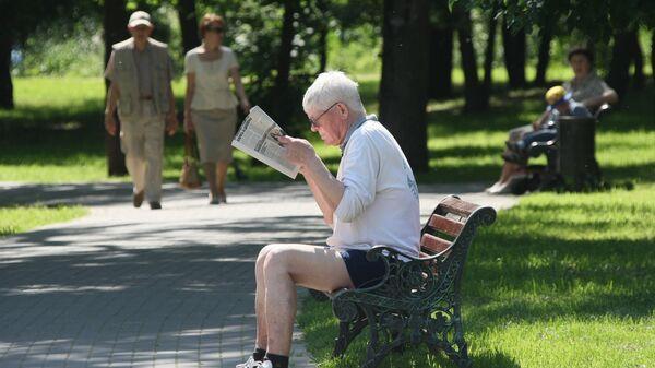 Пенсионер в Воронцовском парке в Москве. Архивное фото