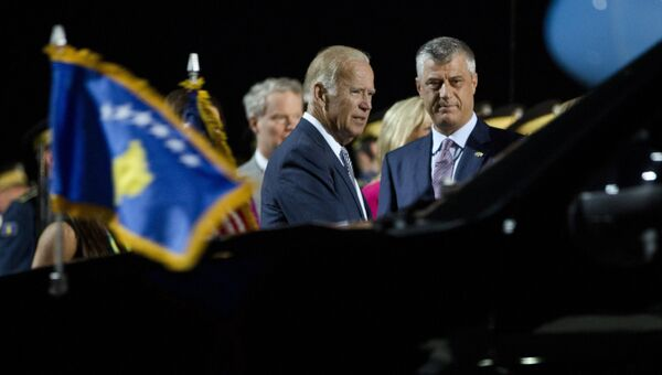 Вице-президент США Джо Байден и президент Косово Хашим Тачи в Приштине