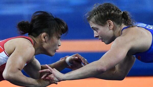 Валерия Коблова (Россия) и Каори Итё (Япония) в финале соревнований по вольной борьбе на XXXI летних Олимпийских играх